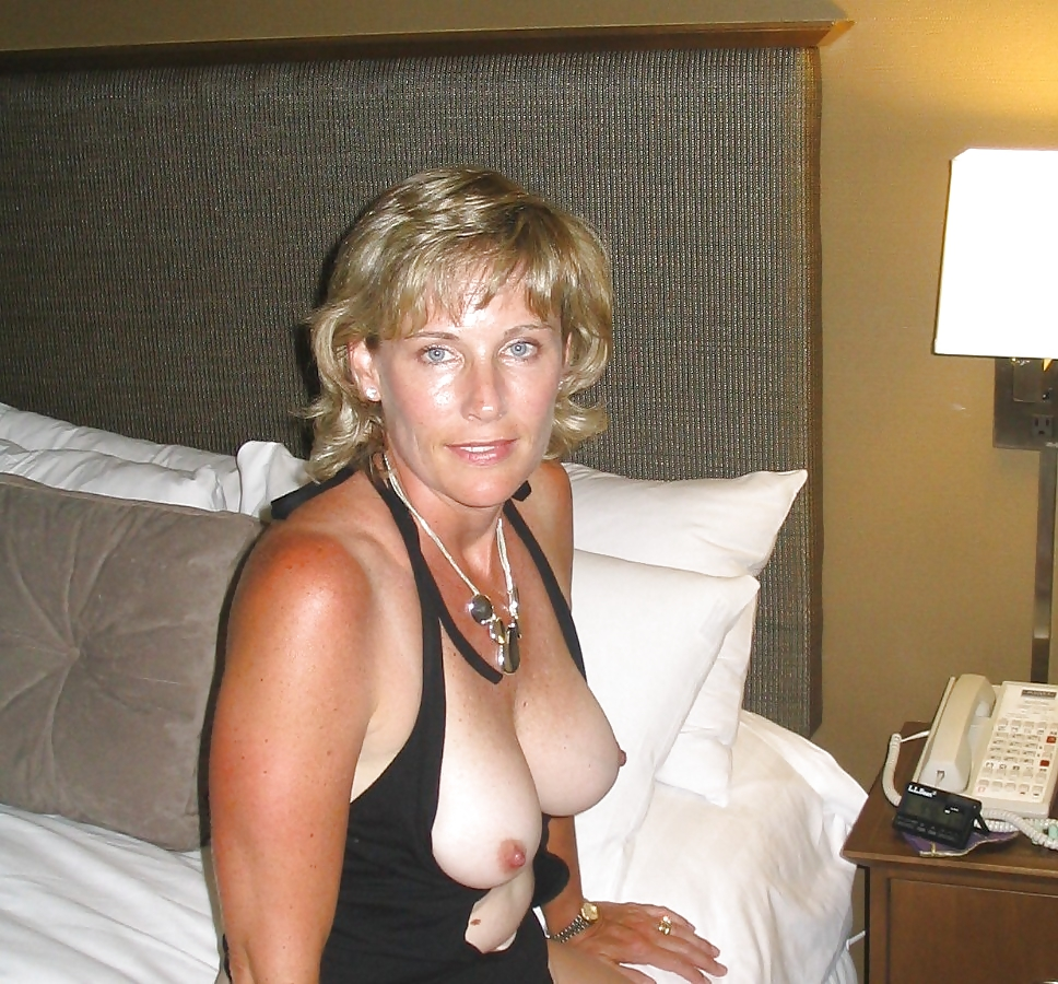 wife shows tits
